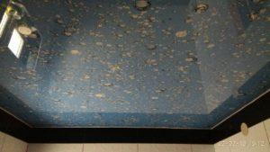 натяжной потолок в санузле капли