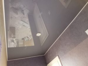серый глянцевый натяжной потолок на балконе