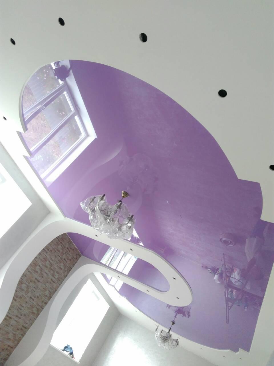 глянцевый натяжной потолок фиолетовый