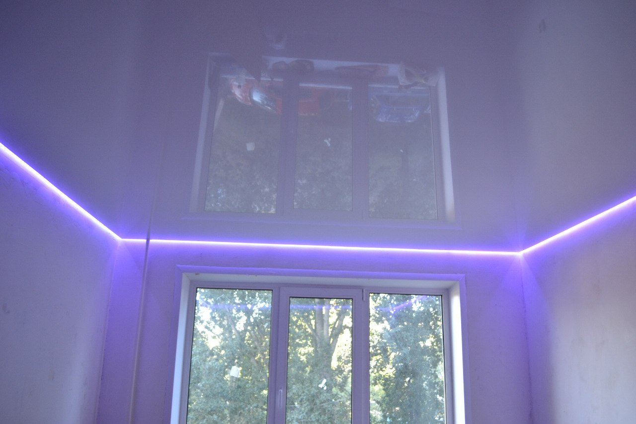 Парящий сиреневый натяжной потолок