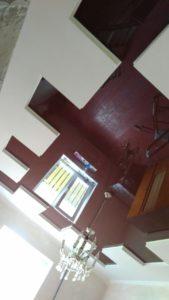 коричневый натяжной потолок в гипсокартонном коробе