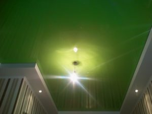 зелёный натяжной потолок