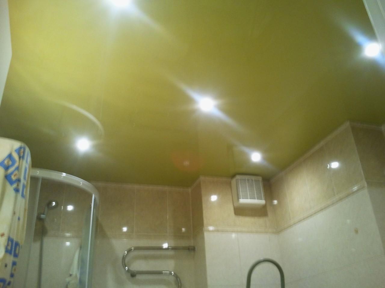 салатовый натяжной потолок в санузле