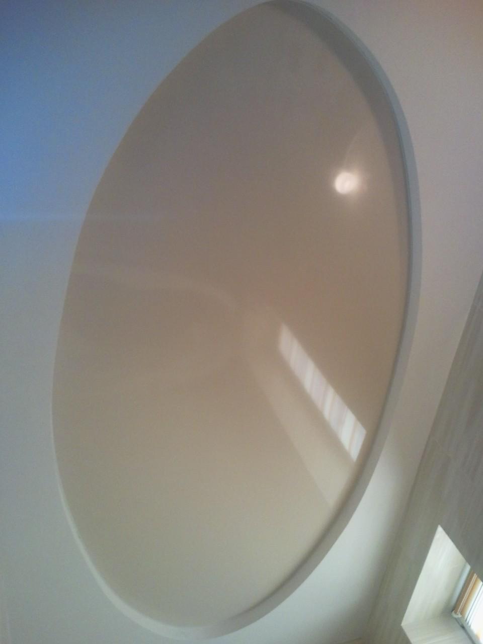 овальный глянцевый бежевый натяжной потолок