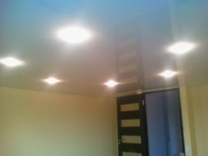 белый глянцевый натяжной потолок со встроенными светильниками