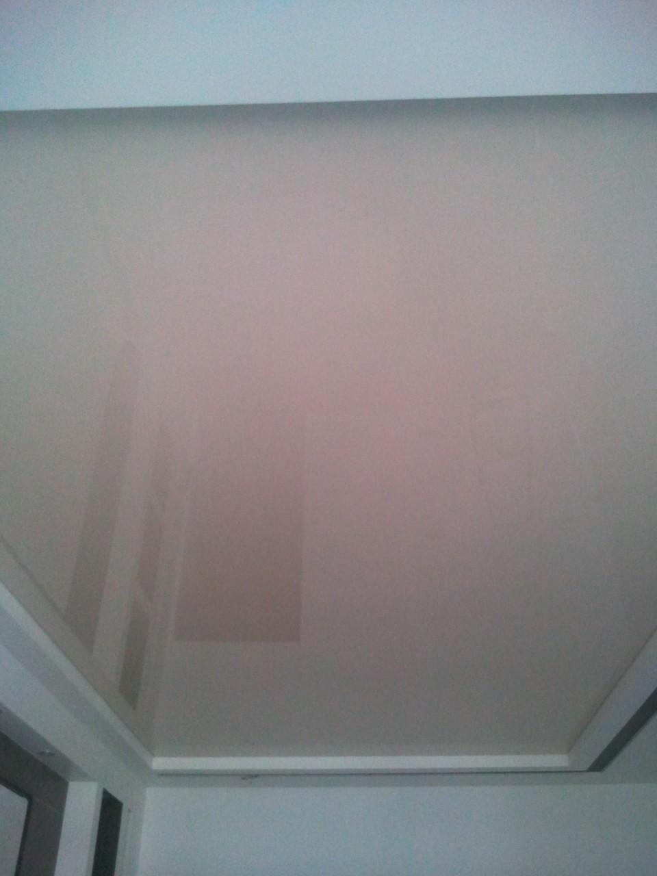 глянцевый бежевый натяжной потолок