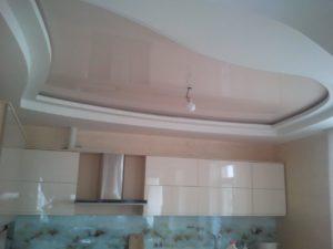 бежевый натяжной потолок в гипсокартонном коробе на кухне