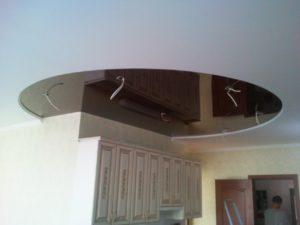 оригинальный натяжной потолок на кухне