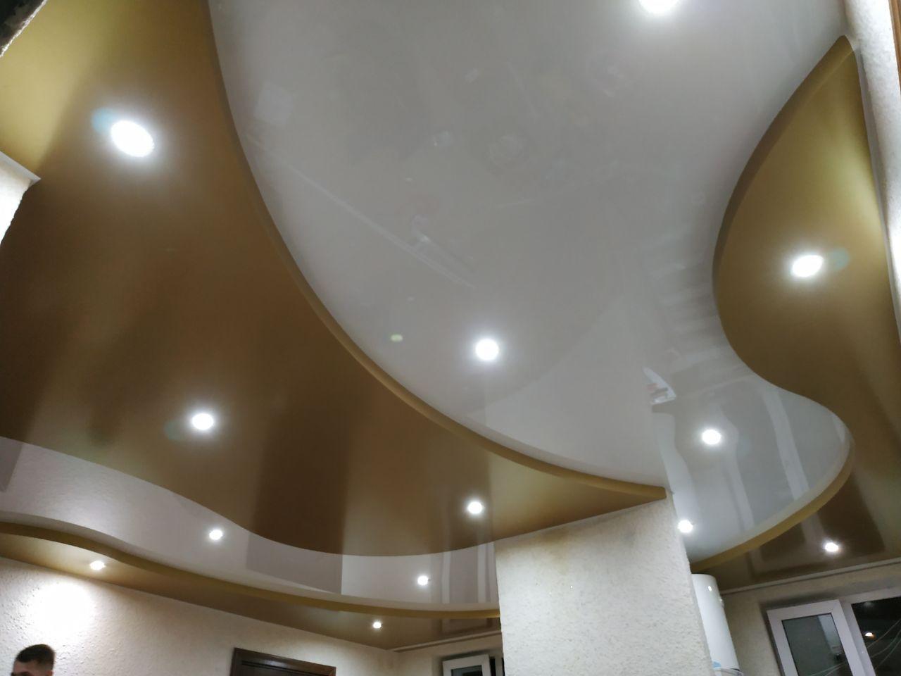 двухуровневый натяжной потолок (белый с золотым)