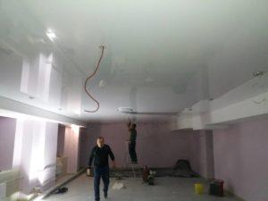 белый глянцевый натяжной потолок в кафе