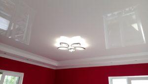 глянцевый натяжной потолок в комнате