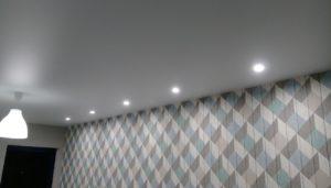 матовый натяжной потолок в комнате