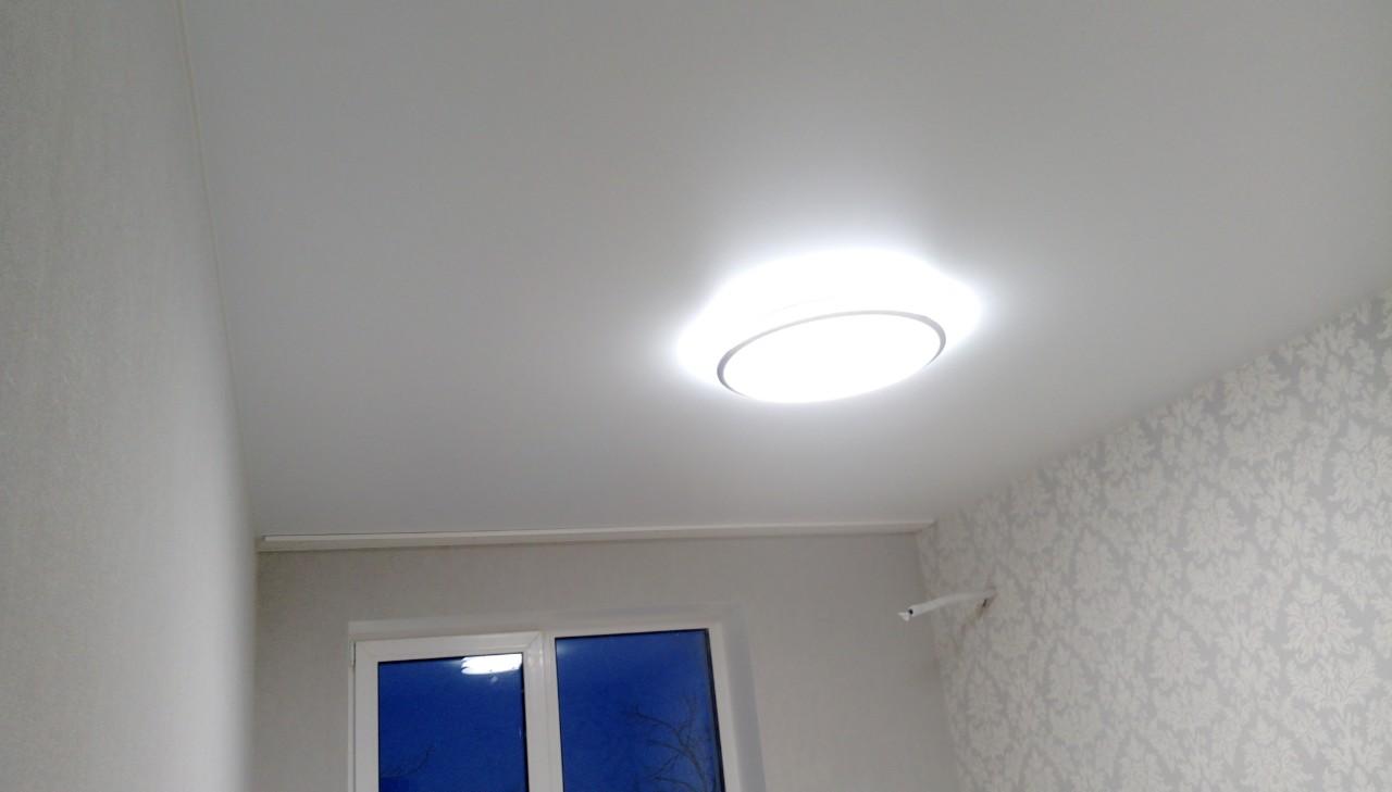 белый натяжной потолок в комнате