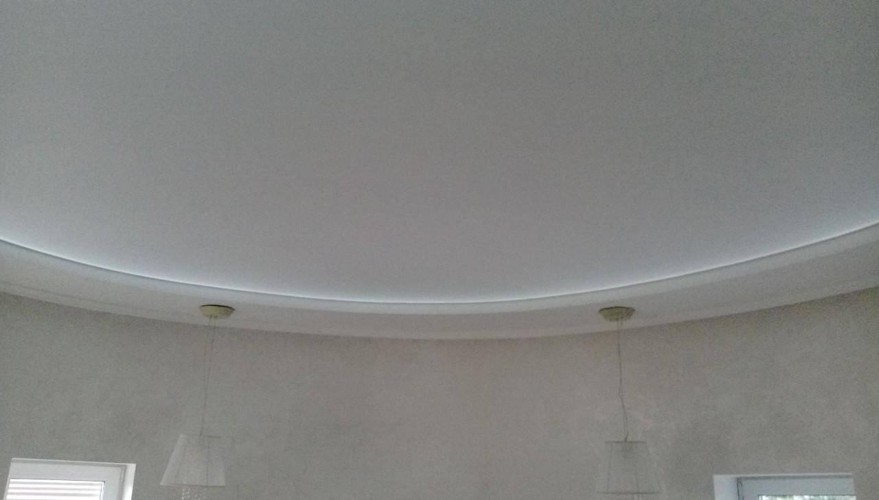 двухуровневый натяжной потолок с подсветкой по периметру