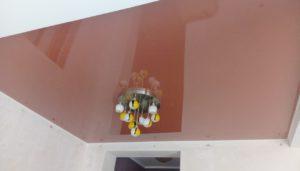 коричневый глянцевый натяжной потолок