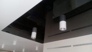тубусные светильники на натяжном потолке на кухне