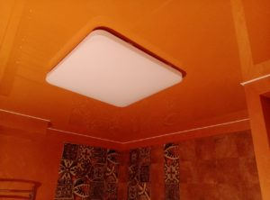 оранжевый натяжной потолок в санузле