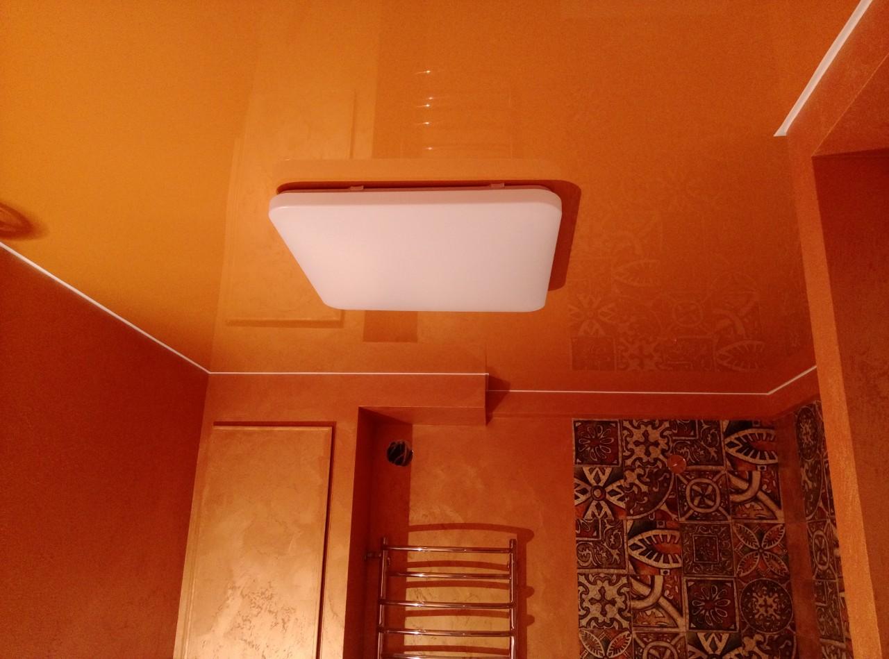 глянцевый оранжевый натяжной потолок в ванной