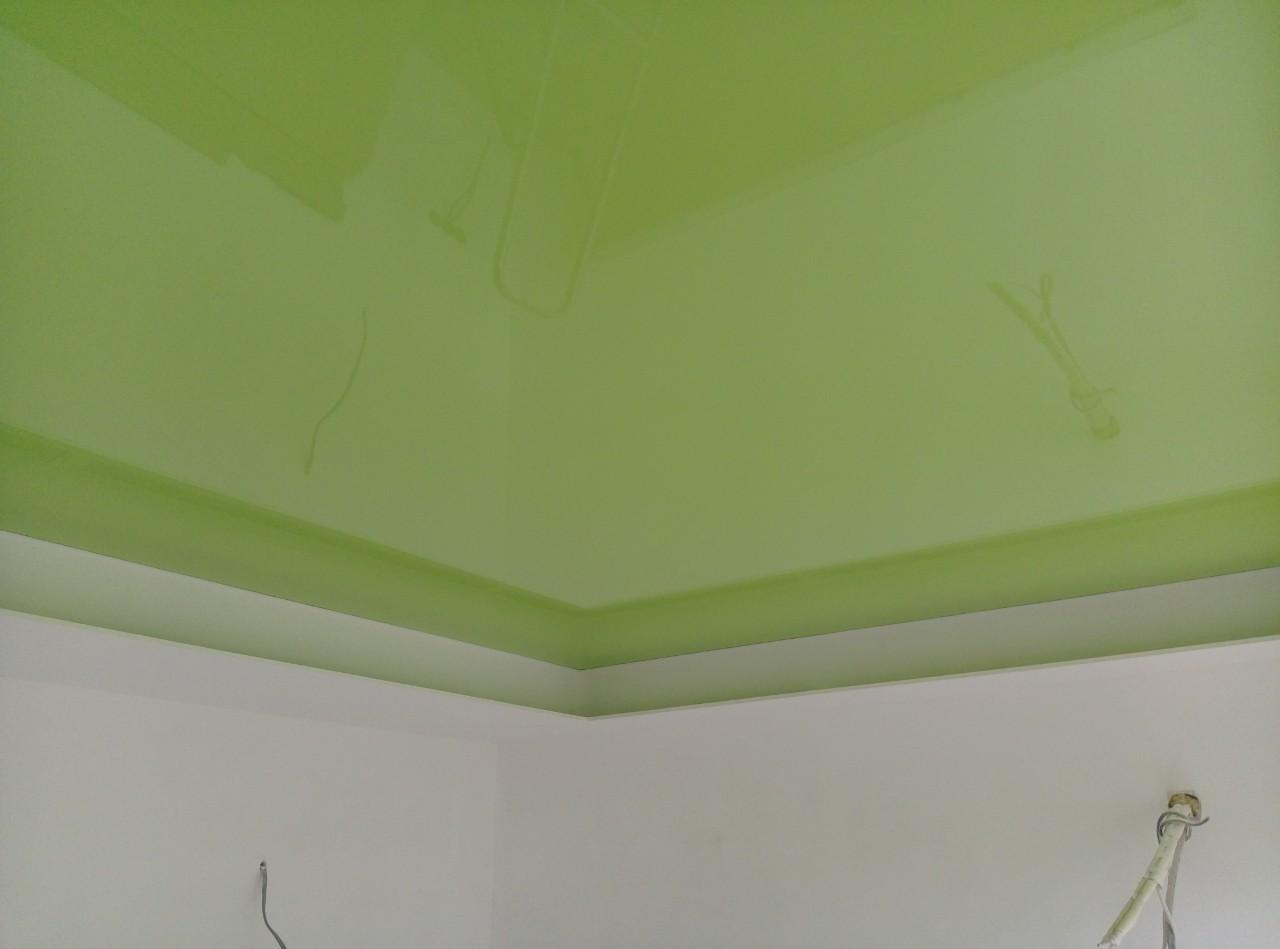салатовый глянцевый натяжной потолок в ванной