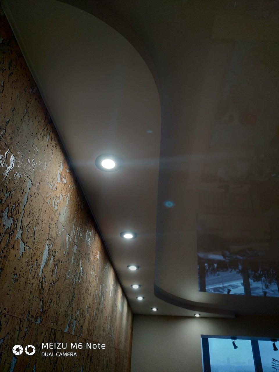 двухуровневый натяжной потолок с точечным освещением по периметру