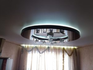 матовый натяжной потолок с глянцевым кольцом