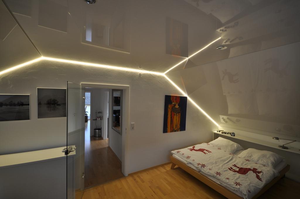 натяжной потолок на мансарде белый с подсветкой