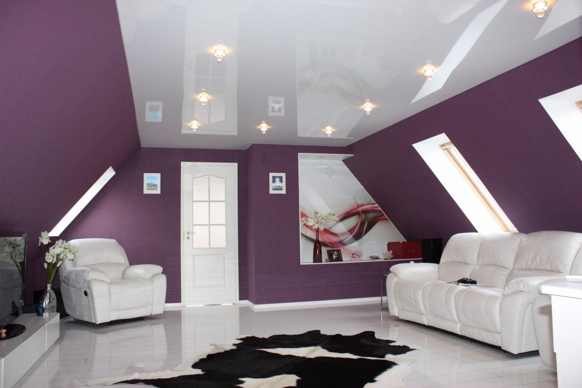 белый глянцевый натяжной потолок на мансарде