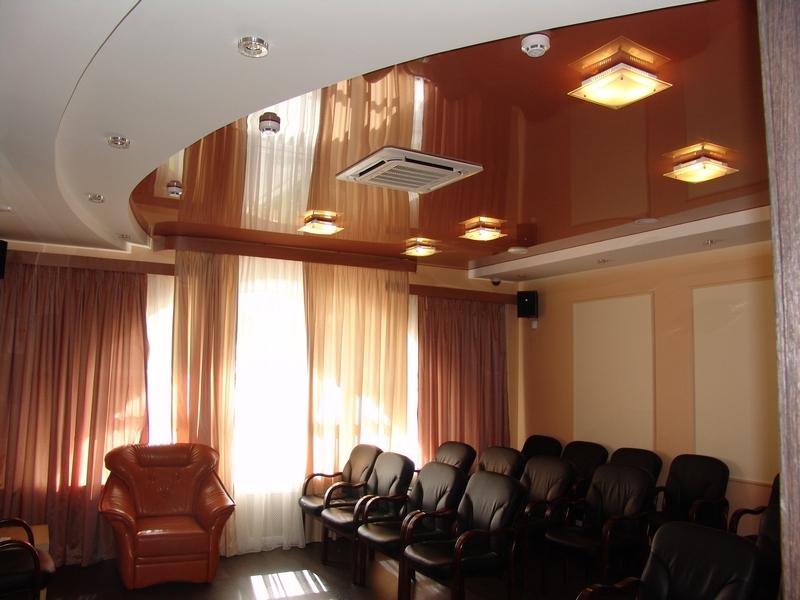 двухуровневый натяжной потолок в офисе