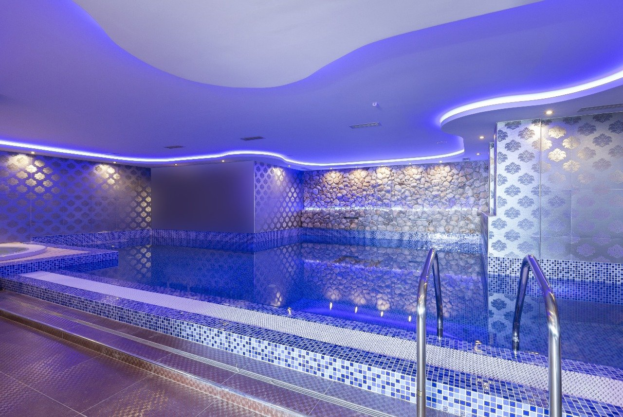 натяжной потолок с подсветкой в бассейне