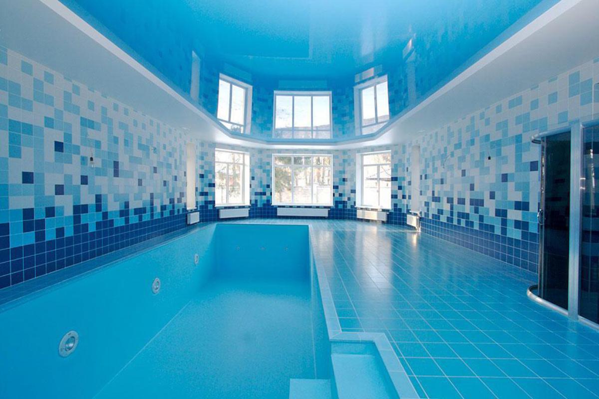 двухурвневый натяжной потолок в бассейне