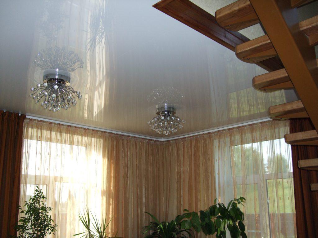 глянцевый натяжной потолок в деревянном доме