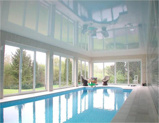 белый натяжной потолок в бассейне