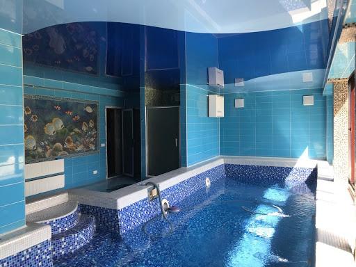 двухцветній натяжной потолок в бассейне
